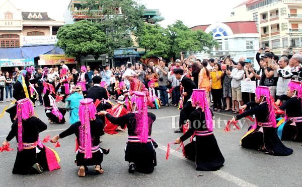 Điểm nhấn của lễ hội làtái hiện lại những bản sắc văn hóa đặc sắc của đồng bào dân tộc thiểu số Bắc Hà