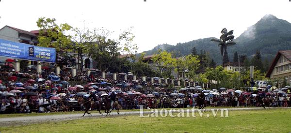 Giải đua ngựa truyền thống Bắc Hà thu hút nhiều khách du lịch và bà con nhân dân địa phương tới xem và cổ vũ