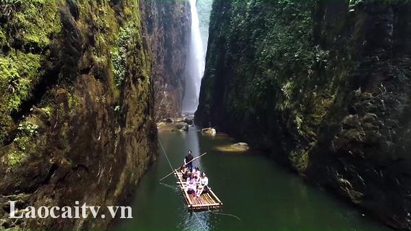 Đối với những du khách ưa khám phá sự hùng vĩ của thiên nhiên thì thác Rồng là một lựa chọn tuyệt vời