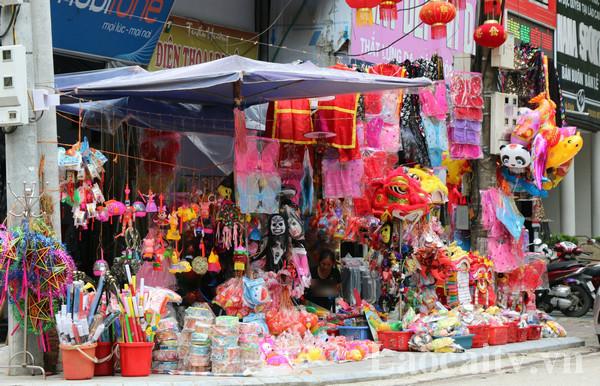 Đồ chơi Trung thu được bày bán ở chợ Cốc Lếu với nhiều chủng loại khác nhau.(Ảnh: Thế Long)