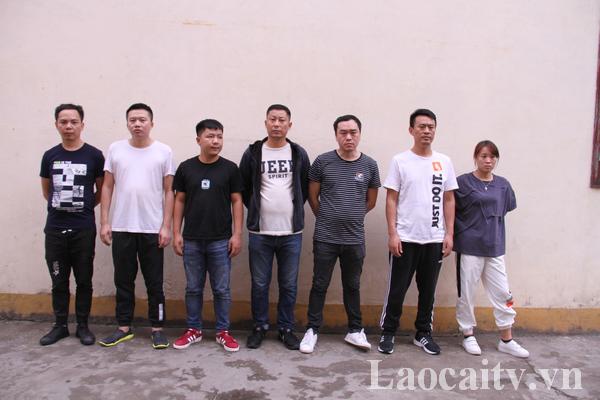 7 đối tượng người Trung Quốc tại cơ quan Công an tỉnh Lào Cai. (Ảnh: Thanh Tuấn)