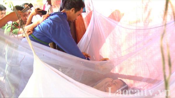 Công an huyện Mường Khương cho đối tượngHoàng Văn Quân thực nghiệm hiện trường vụ án.