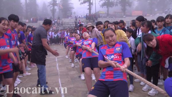 Các vận động viên thi đấu môn kéo co.