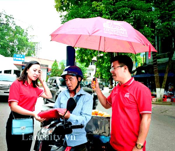 Tặng 500 áo mưa cho người dân TP Lào Cai và huyện Bảo Thắng.