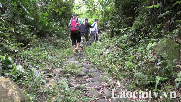 Tuyến đường đá cổ Pavi với chiều dài hơn 10 km, được xây dựng từ thời Pháp thuộc năm 1927 vẫn giữ được vẻ đẹp hoang sơ.